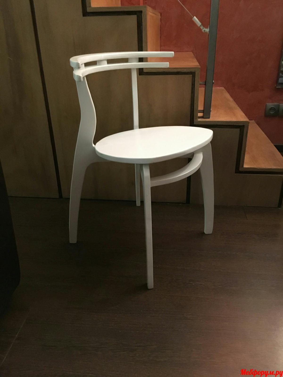 стул белый.jpg